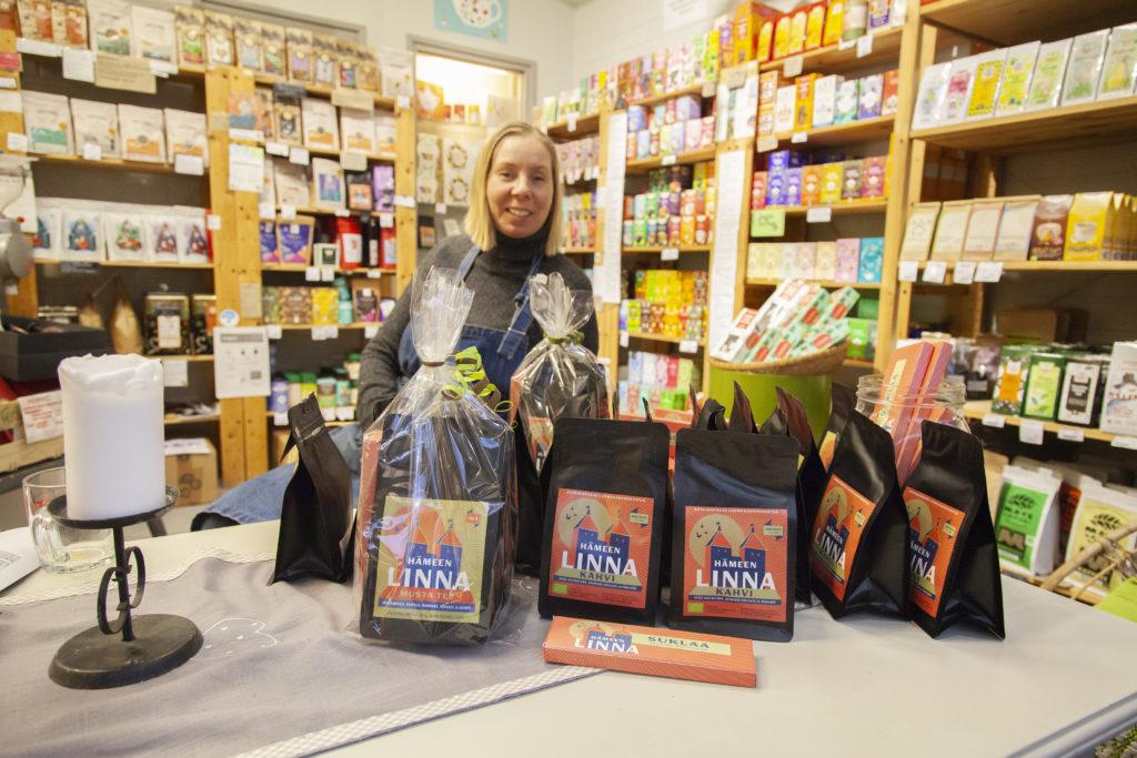 Luomu- ja herkkukauppa Inkiväärin kauppias Hanna-Leena Rajamäki esittelee Hämeenlinna-tuotteita.